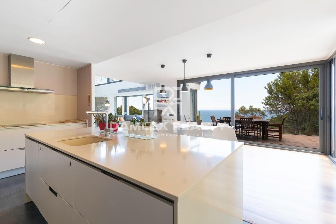 Wonderful luxury villa in front of the sea