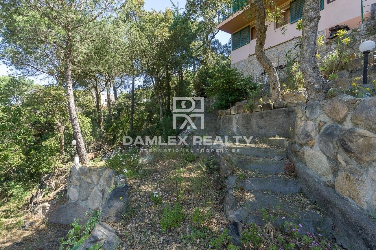 House overlooking the sea and mountains in Lloret de Mar
