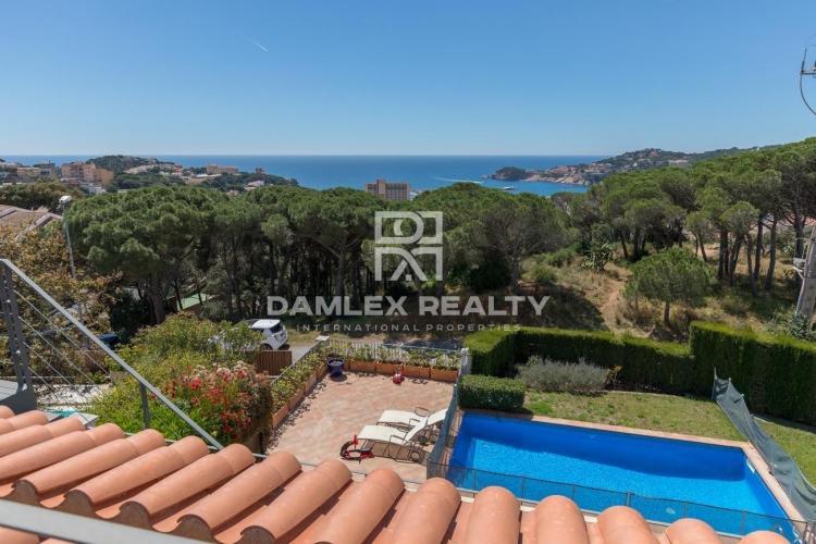 Villa with sea views in a prestigious urbanization.