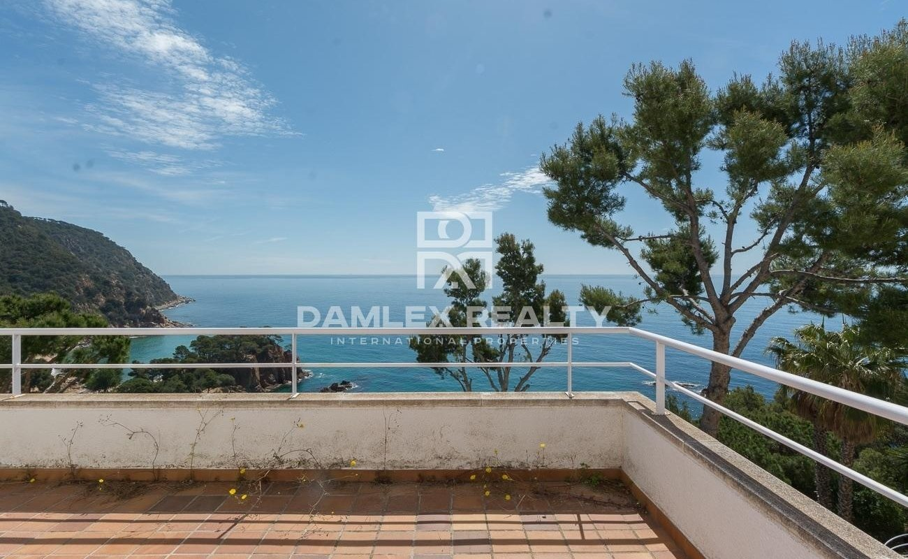 Semi-detached villa on the seafront in a heavenly and peaceful environment