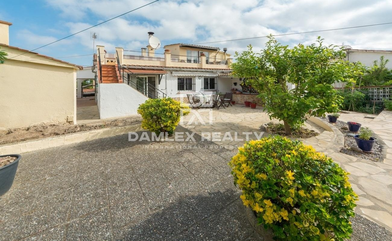 Family house in la Creu de Lloret`s neighborhood at 5 minutes from city center