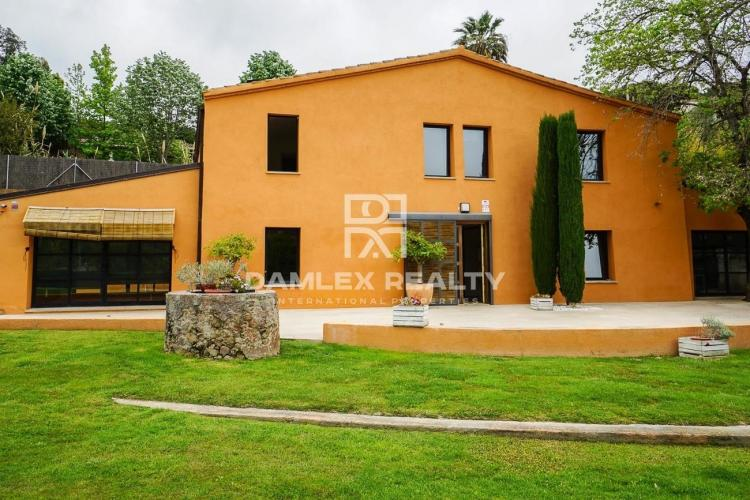 Beautiful farmhouse of 400m², all renovated, great design in Cabrils
