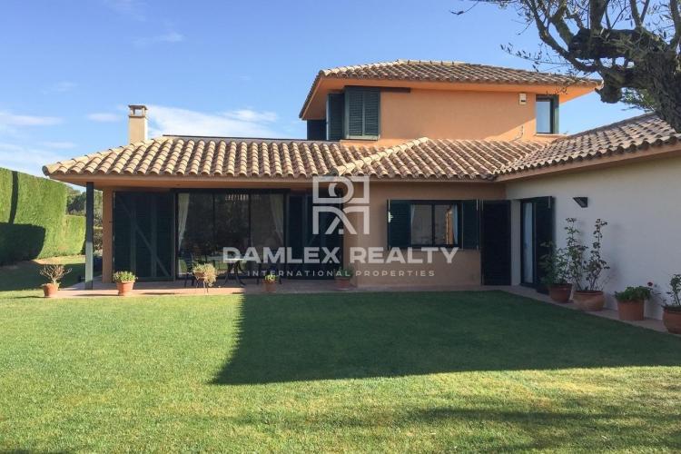 Villa Located in private urbanization with golf course