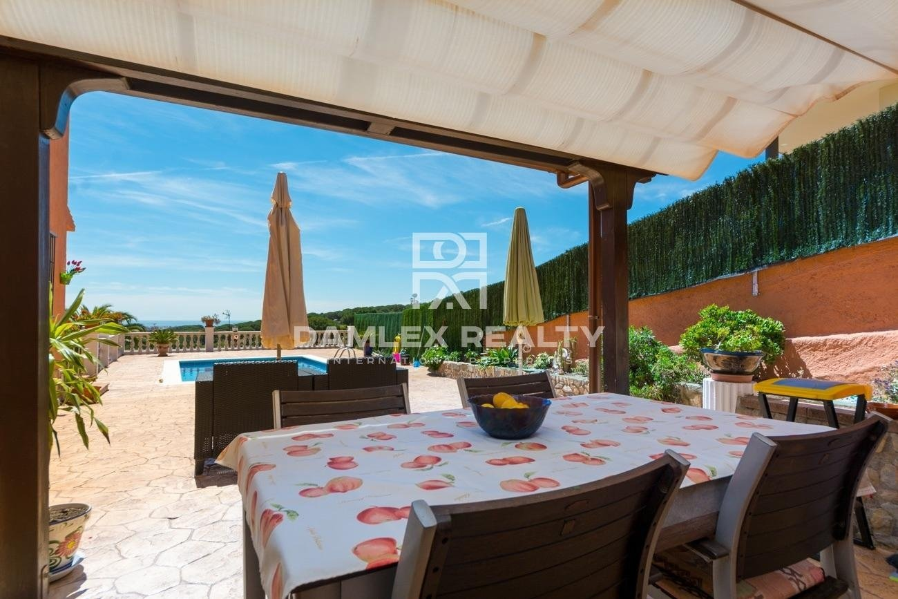 Spacious villa with sea view and close to the city centre