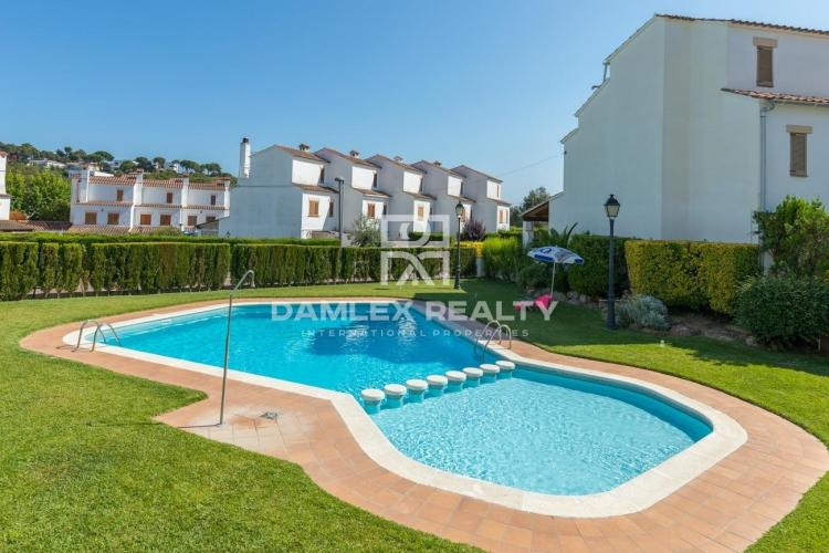 Townhouse in a residential complex with pool and near the beach.