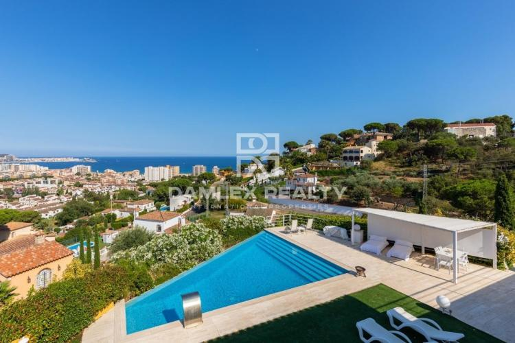 Villa with stunning views of the sea and mountains 1.5 km from the beach
