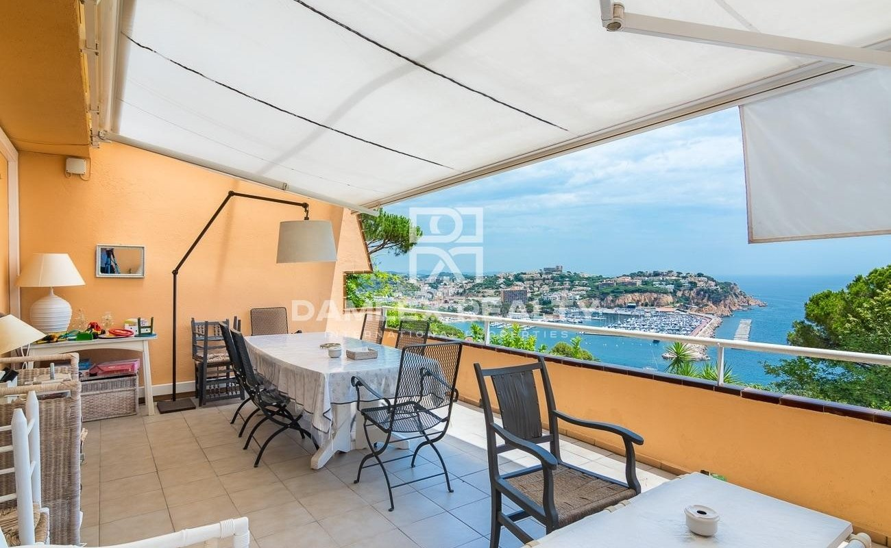 Townhouse with views to the sea and the port.