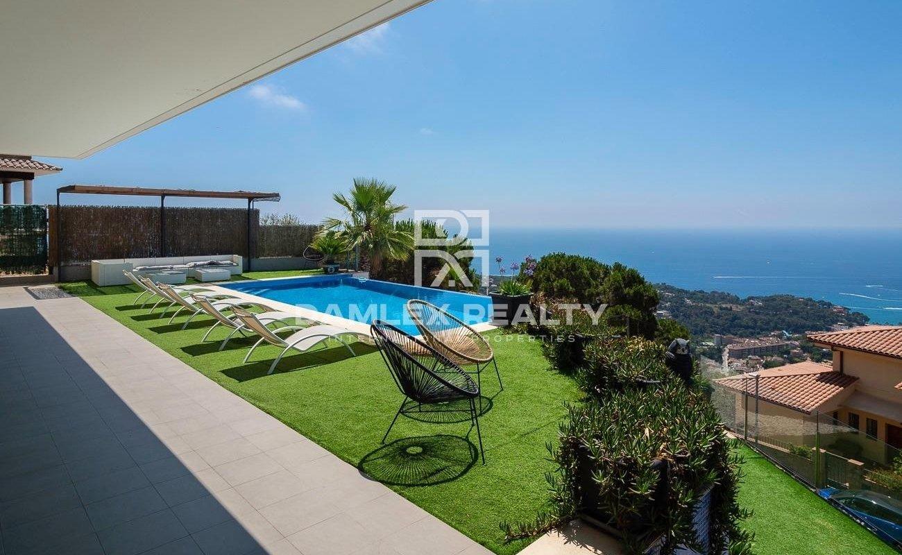 Luxury villa with panoramic sea views in the Roca Grossa urbanization