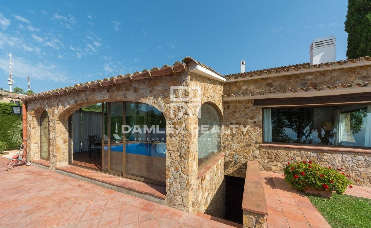Prestigious villa with views of the sea