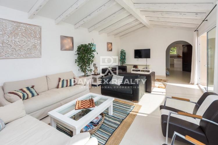 Modern villa with sea views and rental license