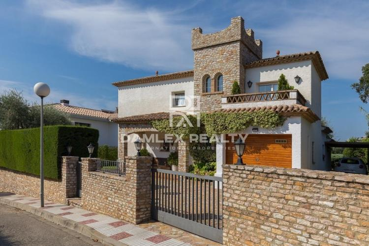 Magnificent rustic style villa 500 meters from the beach