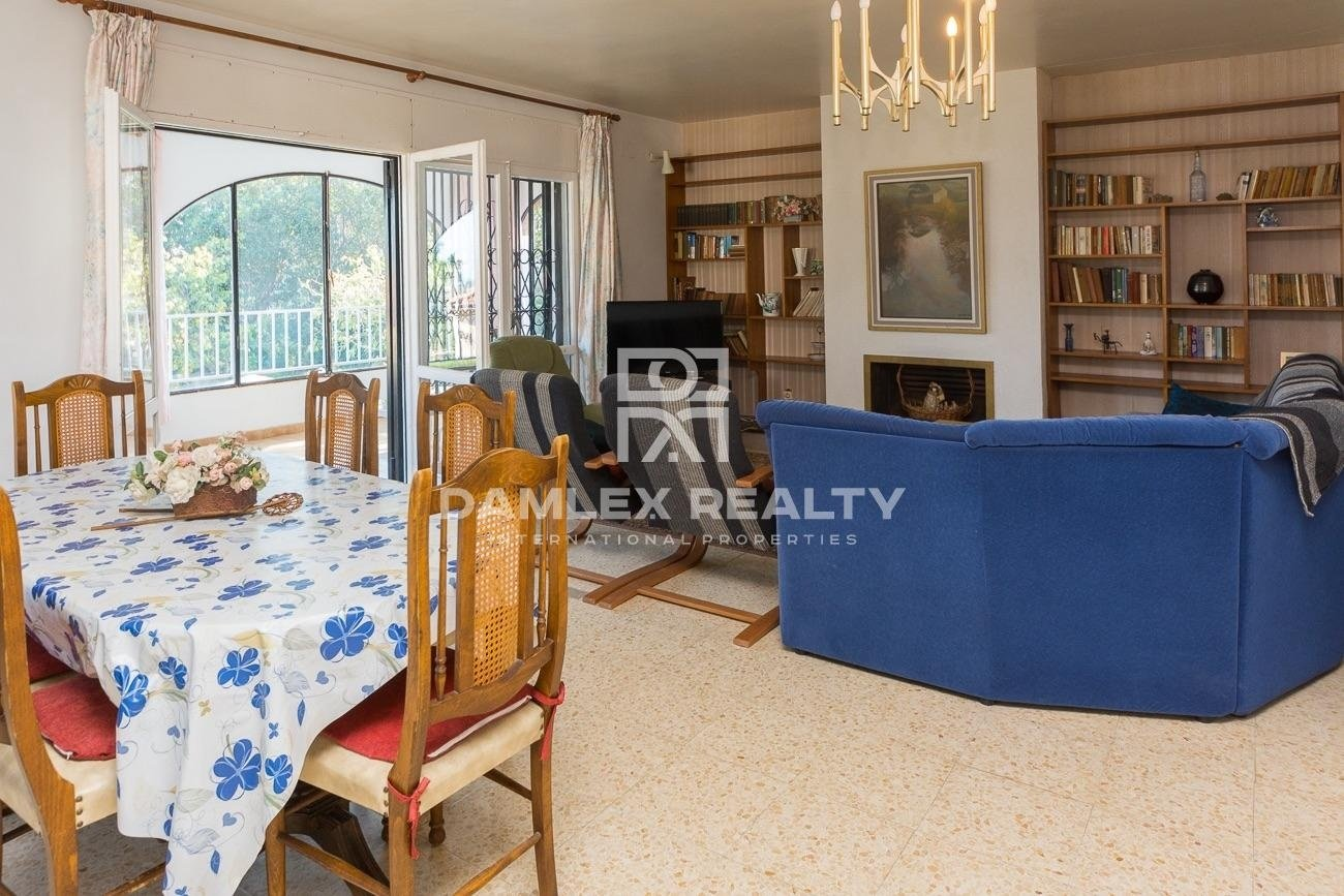 Charming house on the heights of an urbanization of Lloret with sea view and verdant hill view.