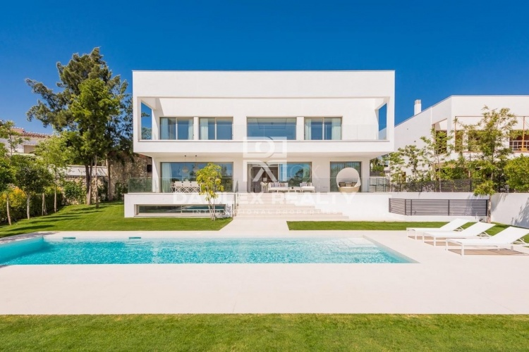 New modern villas 700 meters from the beach, Marbella