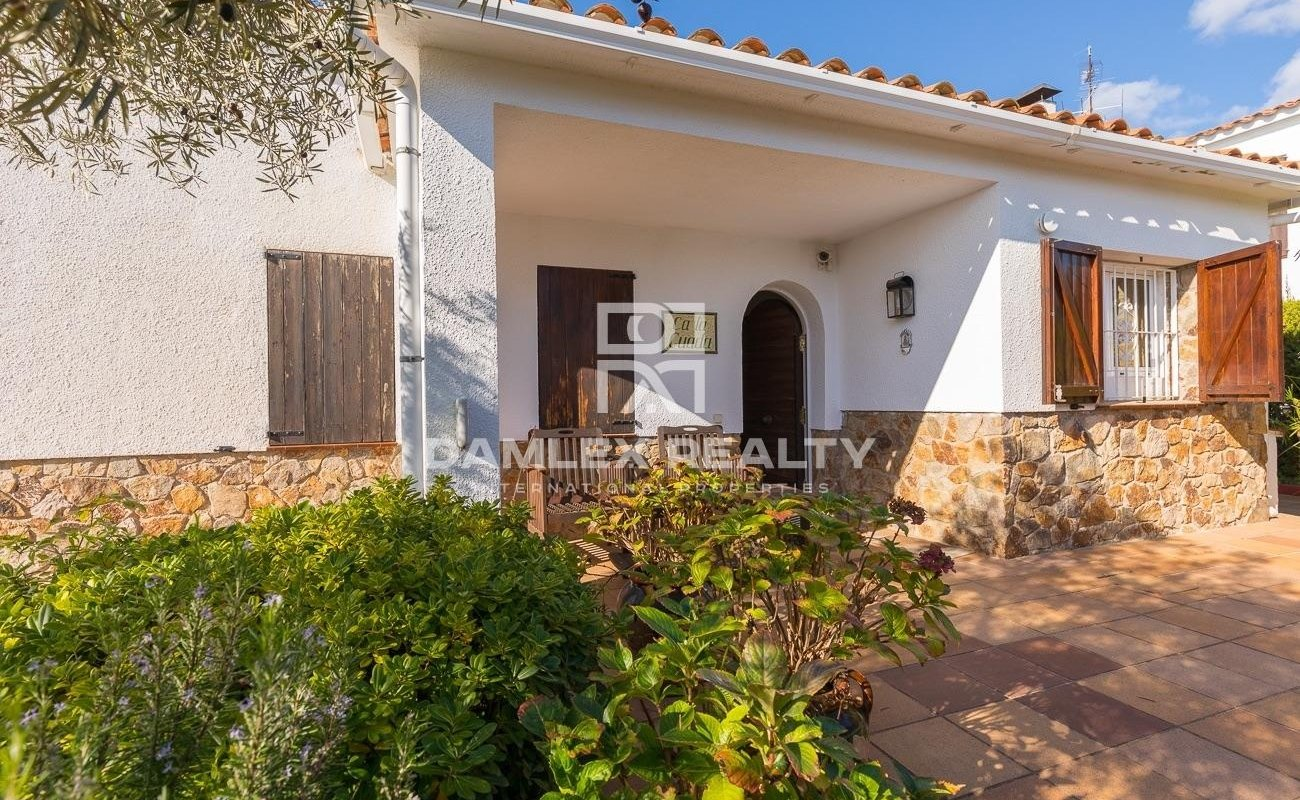 House with tourist license in Lloret de Mar in a quiet urbanization with community pool