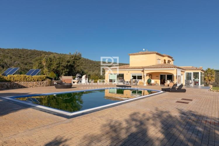 Exceptional villa with panoramic view designed in an environmentally friendly spirit