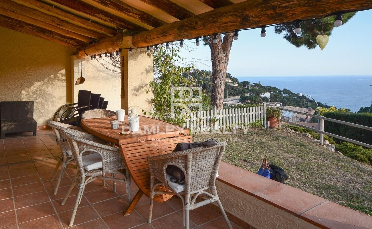 Beautiful house with sea view and close to a private beach