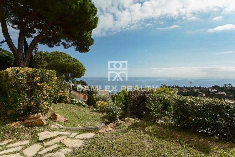 Villa with splendid sea views in the luxurious urbanization of the Costa Brava