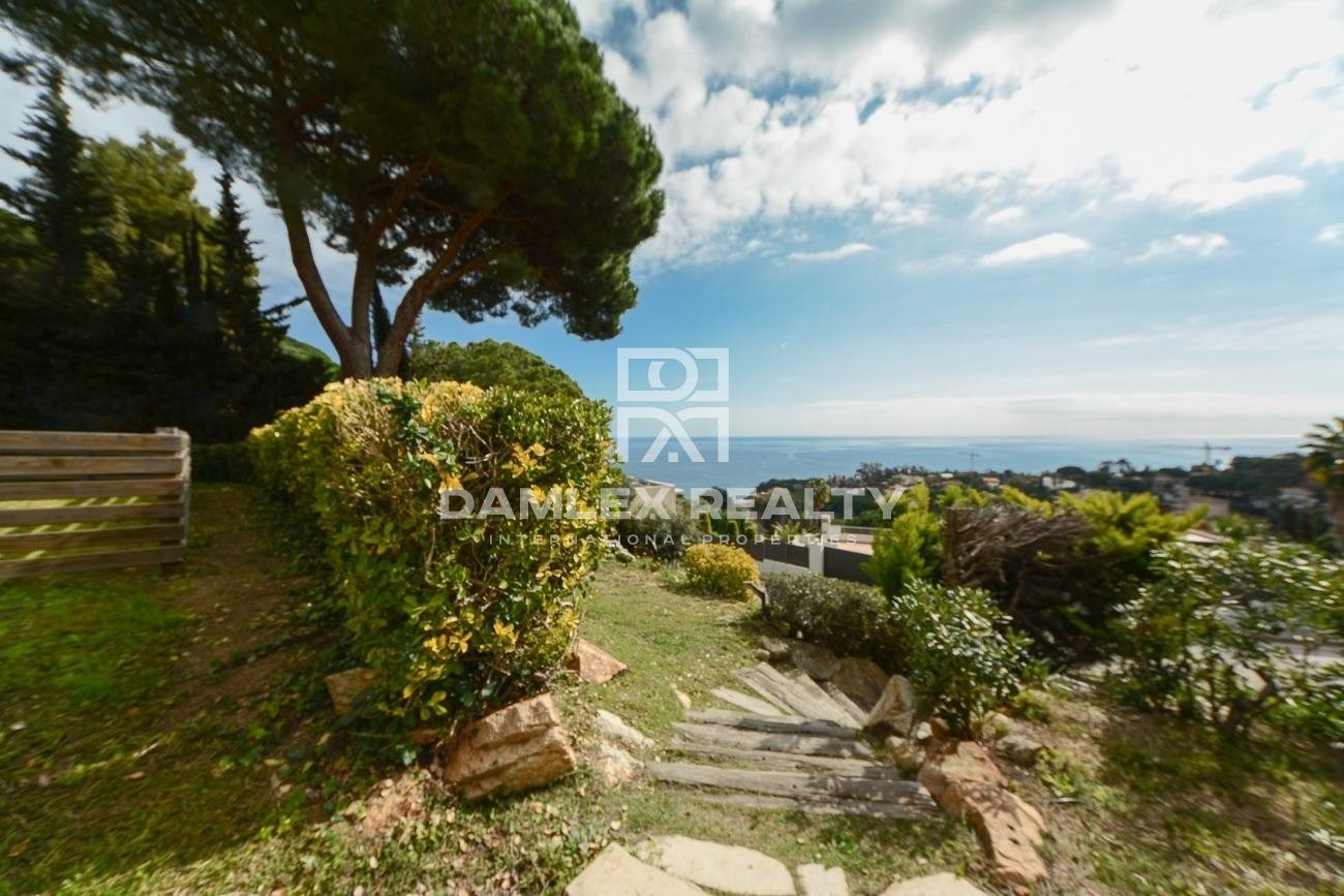 Villa with splendid sea views in the luxurious urbanization of the Costa Brava
