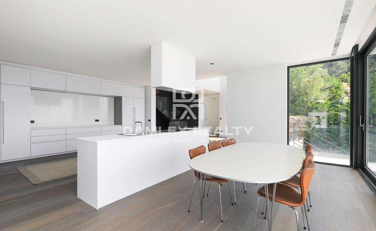 Luxury modern house with wonderful panoramic sea views