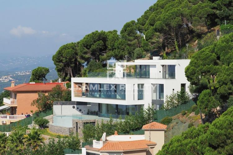 Luxury modern house with wonderful panoramic sea views
