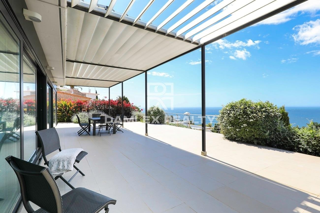 Wonderful contemporary villa in front of the sea in Cala Canyelles