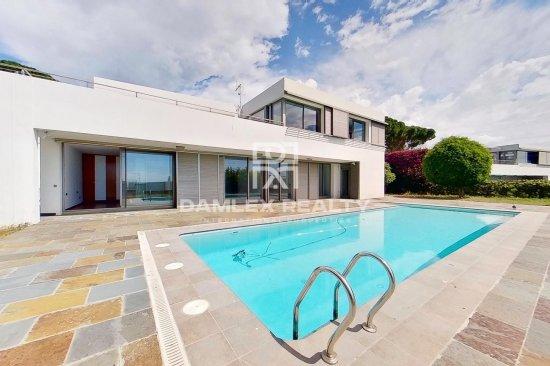 New modern villa 5 minutes walk from the beach.