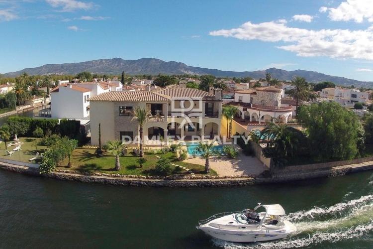 Luxury villa on the main canal with its own yacht pier