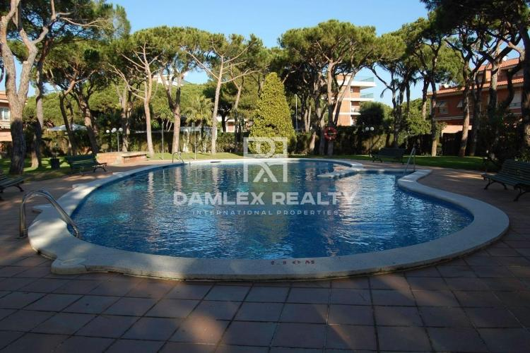 Townhouse with a private garden in Gava Mar