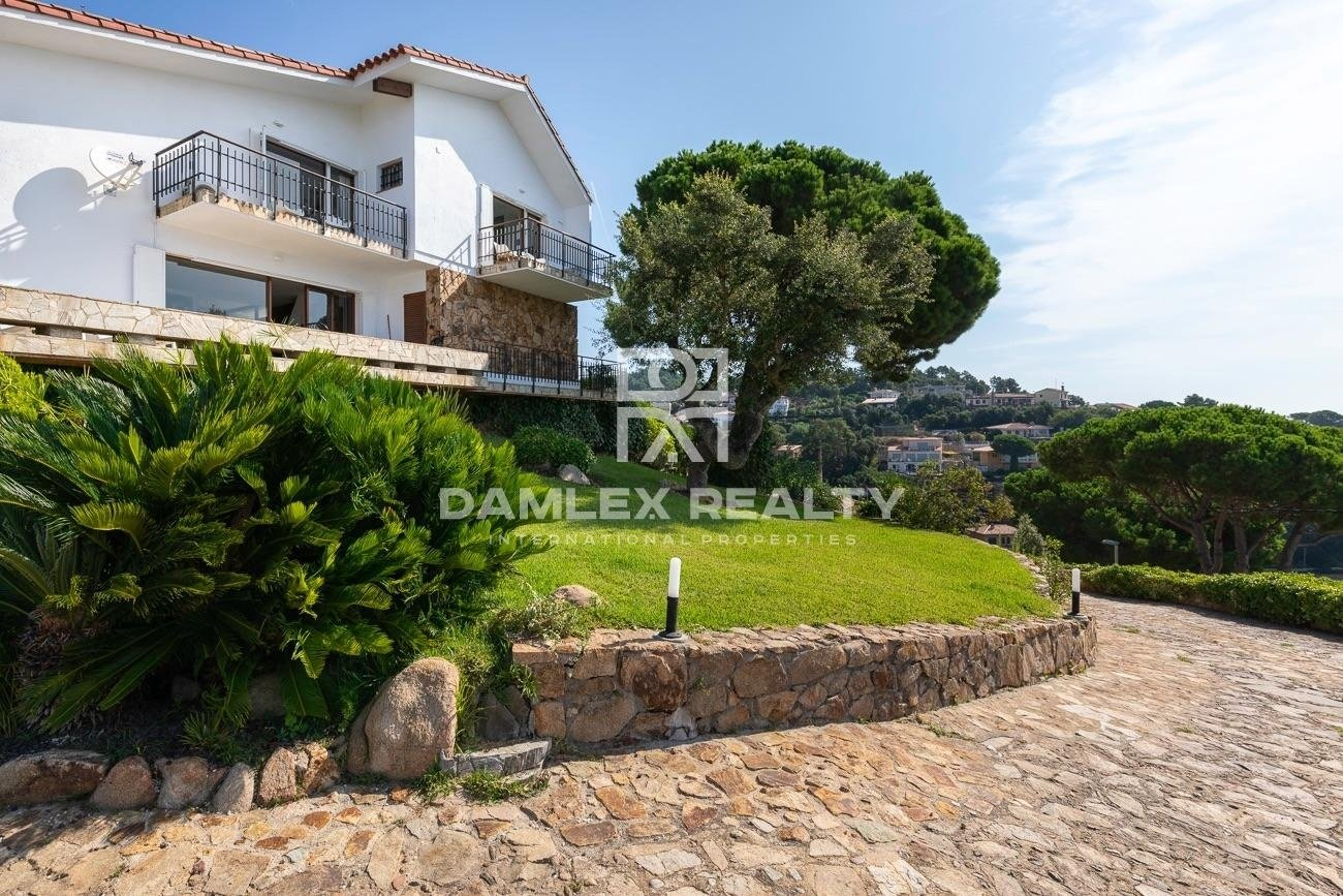 Wonderful property offering panoramic views of the sea, the city and the surrounding mountains, from the highest point of Roca Grossa.