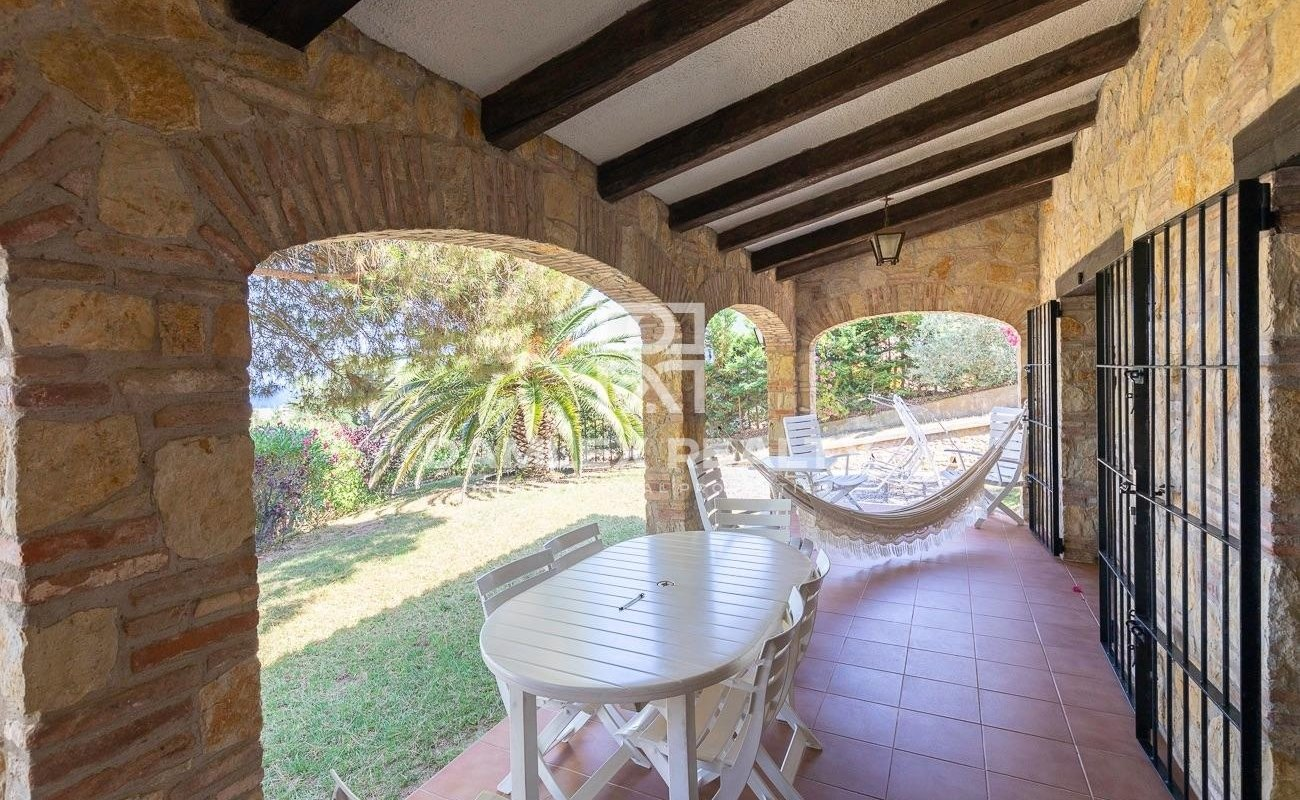 Lovely rustic house close to the beach with sea views