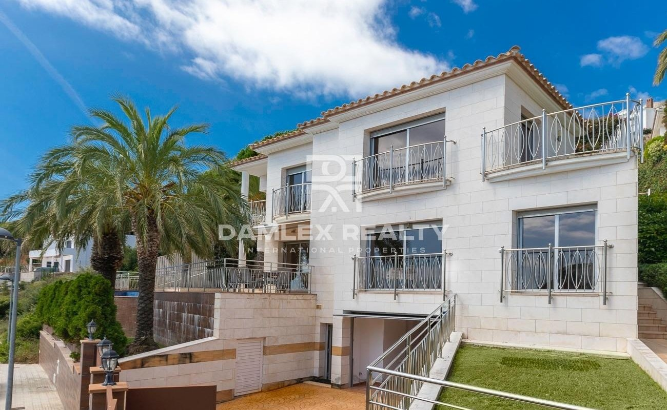Luxury villa in urbanization La Montgoda