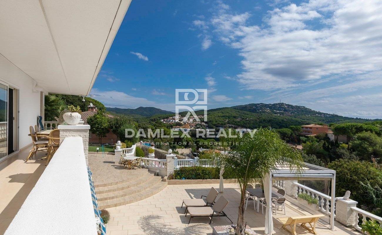 Elegant villa in the prestigious urbanization of Lloret de Mar