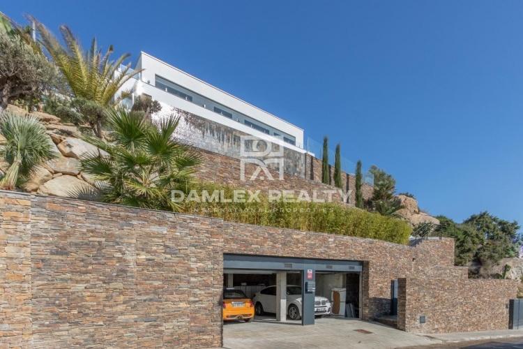 Magnificent modern villa with fantastic sea views