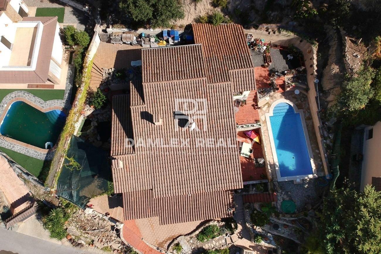 Villa with pool and sea views in the quiet urbanization of La Riviera