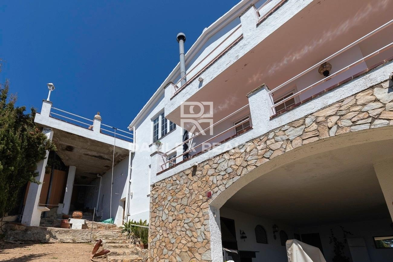 Exclusive villa on the first line of the sea in the urbanization MontGoda