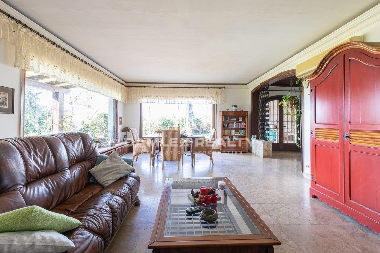 Villa with sea views, with a plot of land 2450 m2