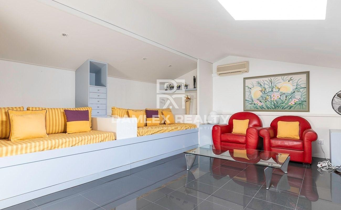 Townhouse 450 m2 with sea views and close to the beach in Lloret de Mar