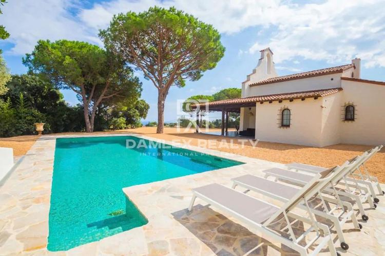 Magnificent house with a very refined design, with sea view and tourist license