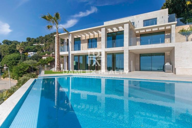 Luxury villa with panoramic sea views, in the luxury urbanization Cala Sant Francesc