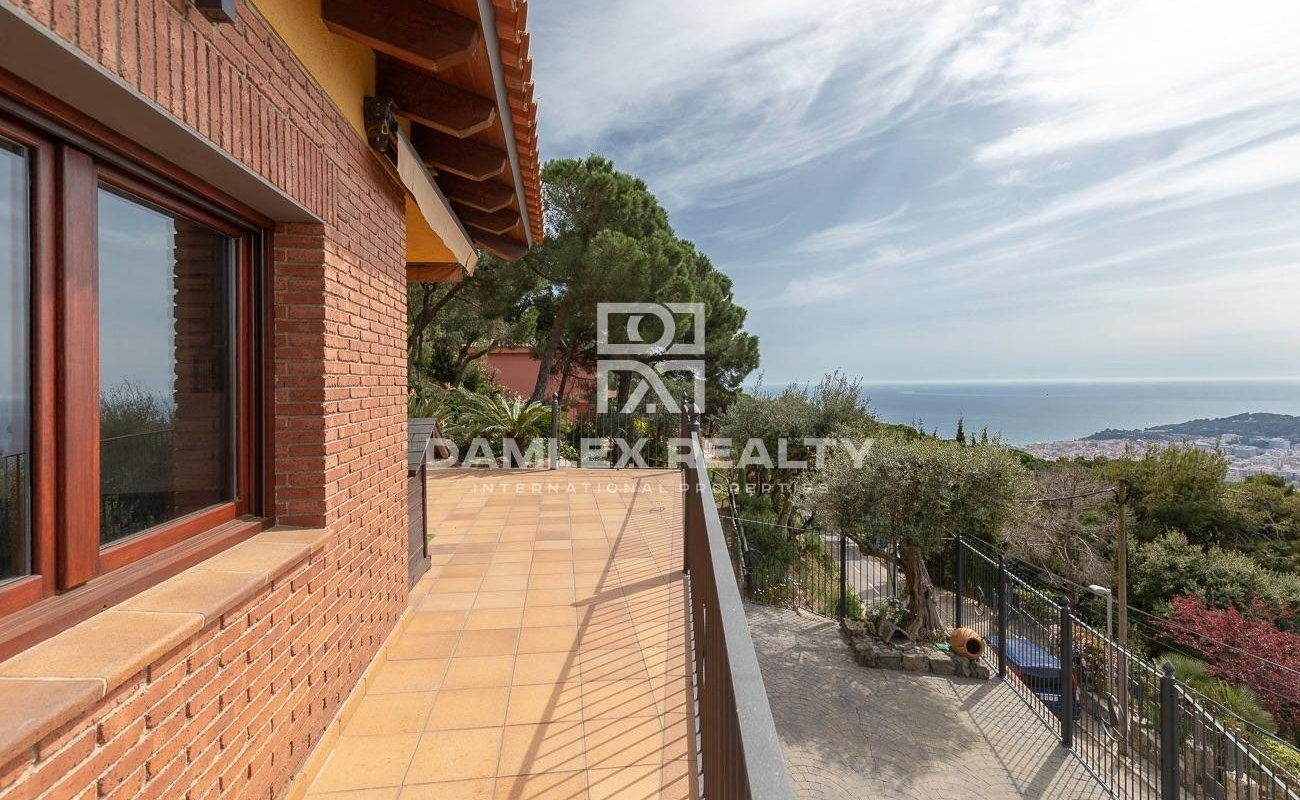 House with panoramic sea views in the urbanization Roca Grossa