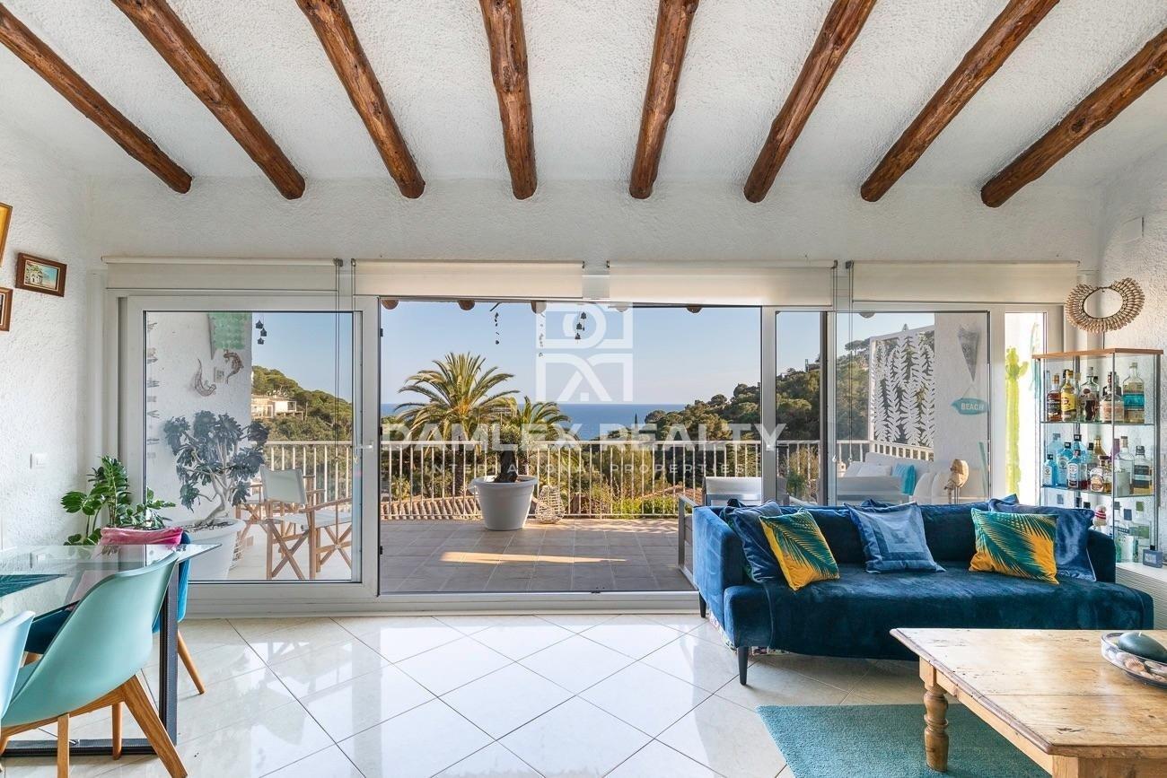 Villa with sea views in the urbanization of Santa Maria del Llorell