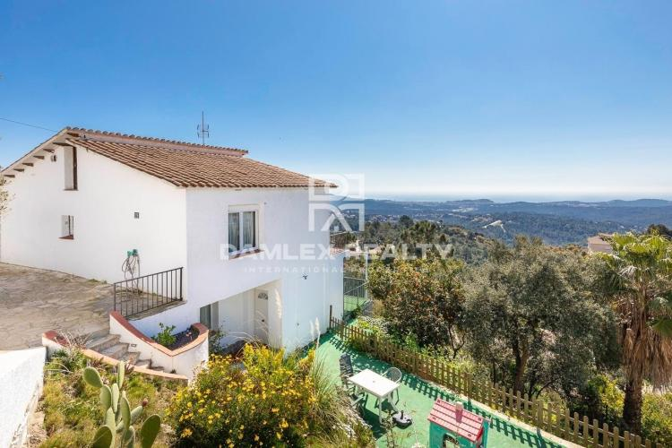 Villa with sea views in the urbanization Lloret Blau