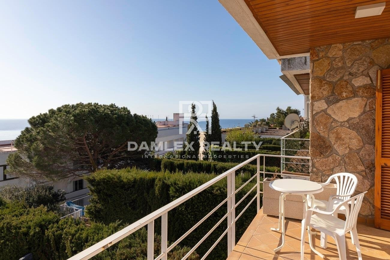 House with sea view 200 m from the beach!