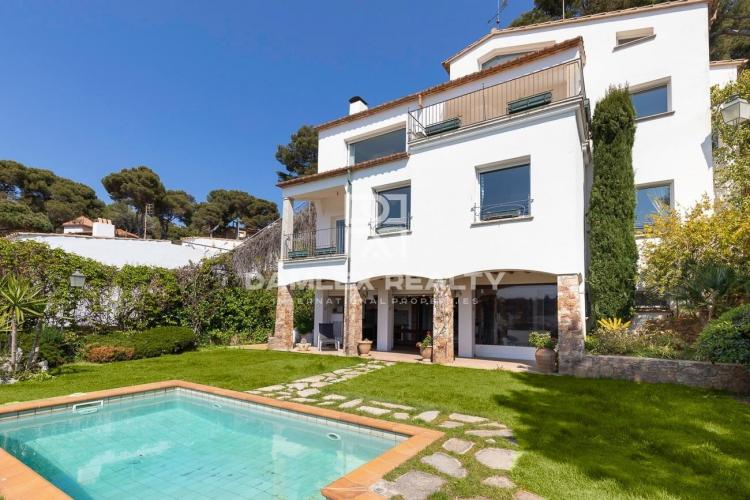 Villa with direct access to the beach and spectacular sea views