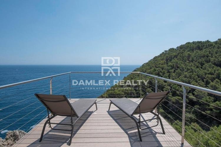 ULTRA MODERN VILLA, HIGH STANDING WITH A MAGNIFICENT SEA VIEW!