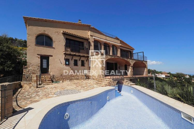 SPECTACULAR MASIA WITH A PANORAMIC SEA VIEW