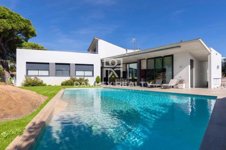 Modern villa with panoramic sea views in the prestigious urbanization Les Bateries