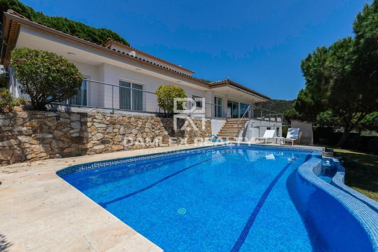 Magnificent modern property with panoramic sea views!
