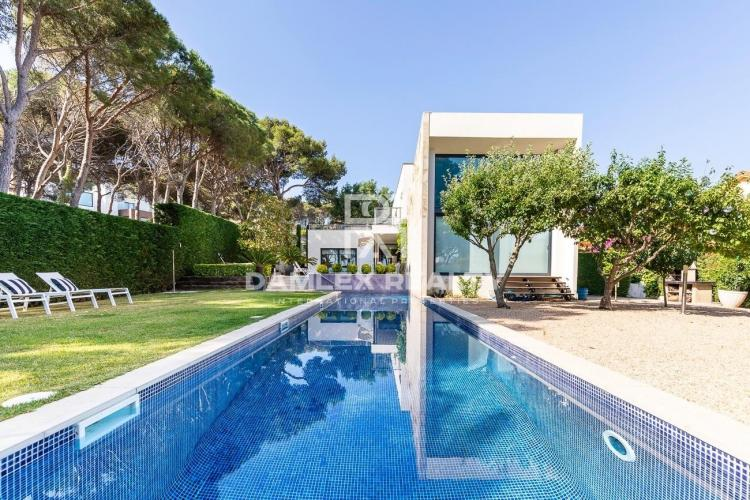 Modern villa in a prestigious location and within walking distance of the beach