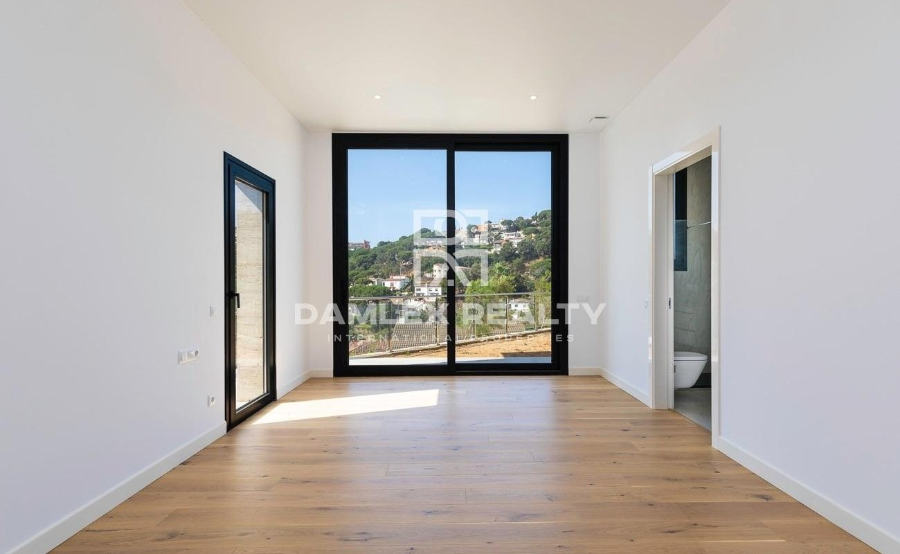 New villa 800 meters from the beach of Cala Canyelles